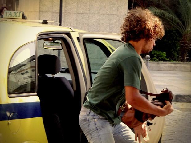 Na saída, o frentista rouba a bolsa de Nina (Foto: Avenida Brasil / TVGlobo)