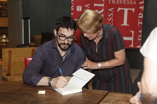 Pe. Fábio de Melo e Alice Serzedello na livraria da Travessa (Foto: Anderson Barros / EGO)