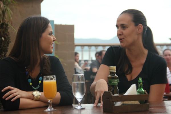Apresentadora Jordana Pires conversou com proprietários de estabelecimentos (Foto: Lívia Andrade/RBS TV)