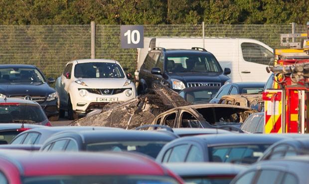 Jatinho caiu em local de leilão de carros no sul da Inglaterra (Foto: AP)