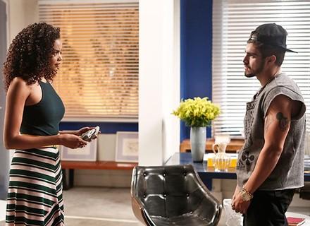 Grego oferece dinheiro a Patrícia para descobrir mais sobre Soraya