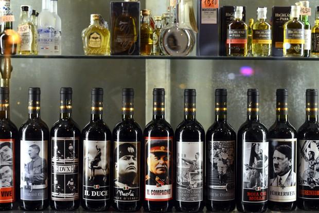 Estante com vinhos 'ditatoriais' chamou a atenção de clientes e curisos em loja na Itália (Foto: Gabriel Bouys/AFP)