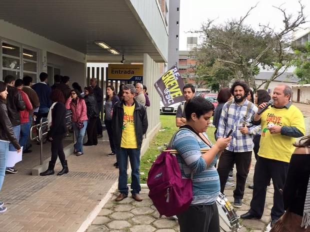 Servidores em greve fizeram 'catraca livre' no Restaurante Universitário da UFSC (Foto: Sintufsc/Divulgação)