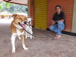 Marcelo recebe ajuda de amigos para comprar ração para cachorros (Foto: Silvio Muniz/G1)