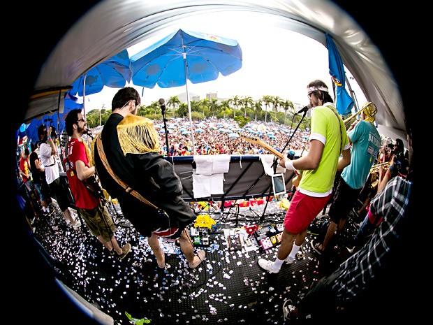 Músicos do Bloco do Sargento Pimenta durante apresentação (Foto: I Hate Flash/Divulgação)