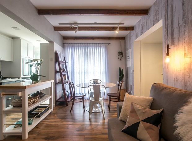 apartamento-escandinavo-Studio-Boscardin-Corsi-sofa-sala-de-jantar-area-social-integracao-cozinha (Foto: Eduardo Macarios)