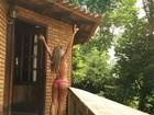 Ex-BBB Adriana posa de biquíni e contempla natureza