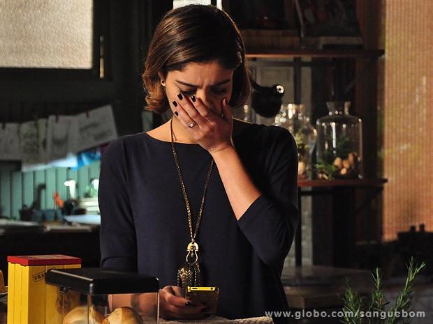 Amora fica em pãnico com mensagem de texto (Foto: Jacson Vogel / TV Globo)
