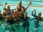 Em ritmo de carnaval, alunos fazem aula de hidroginástica fantasiados