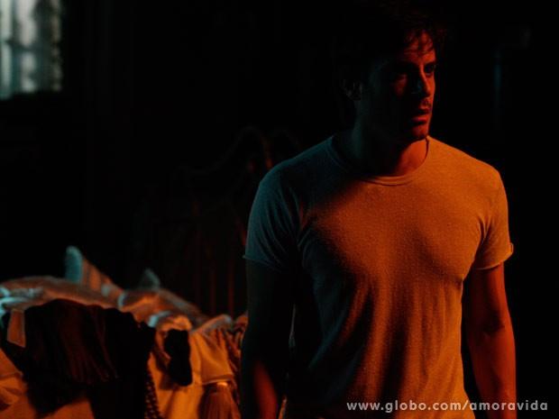 Thales acorda assustado na mansão de Nicole (Foto: Amor à Vida / TV Globo)