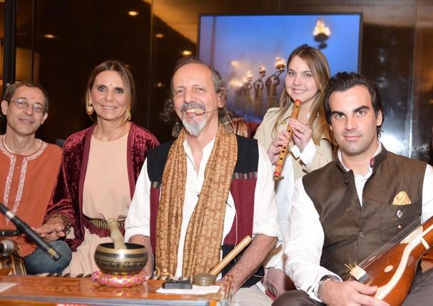 Silvia Furmanovich, o filho Alexandre e nossa editora de moda, Vivian Sotocórno, posam com os músicos que tocam canções típicas da Índia durante o evento (Foto: Lu Prezia)