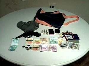 Dinheiro, drogas e uma arma foram encontrados com os suspeitos. (Foto: TV Verdes Mares/Reprodução)