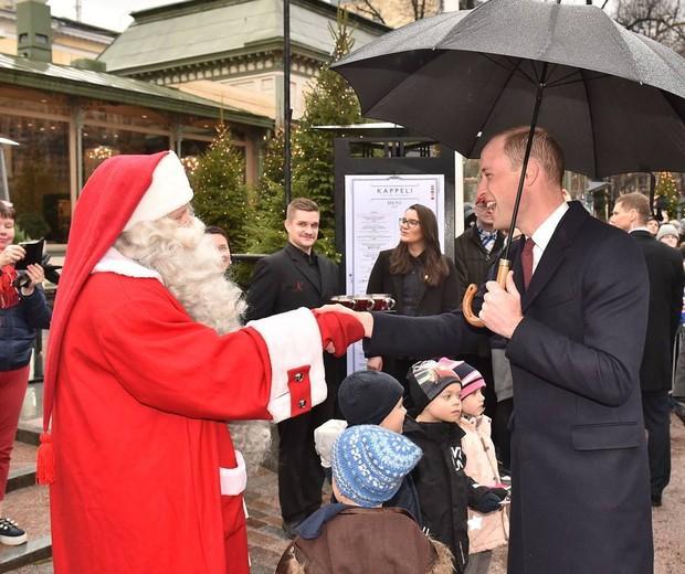 Príncipe William cumprimenta o Papai Noel em Helsinque, Finlândia (Foto: Reprodução/Instagram)