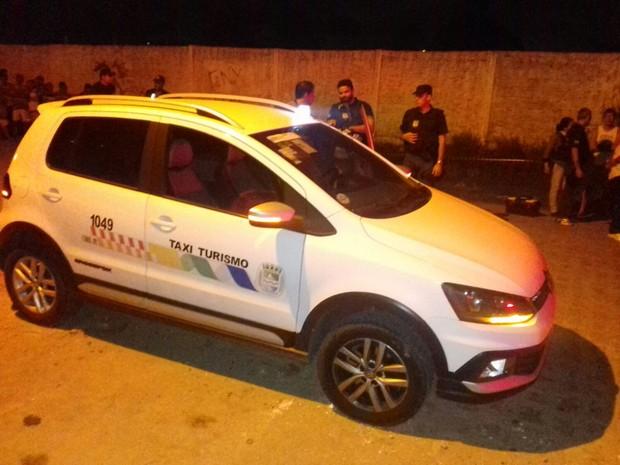 Taxista foi encontrado morto do veículo no bairro do Clima Bom (Foto: Shade Andrea / G1)