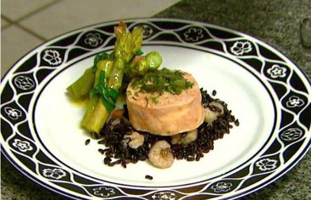 Receita de salmão com ervas finas no vapor é opção mais saudável (Foto: Reprodução EPTV)