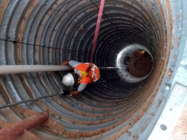 Trabalho de resgate de idoso que caiu em cisterna na cidade de Rio Real, interior da Bahia (Foto: Divulgação/Corpo de Bombeiros)