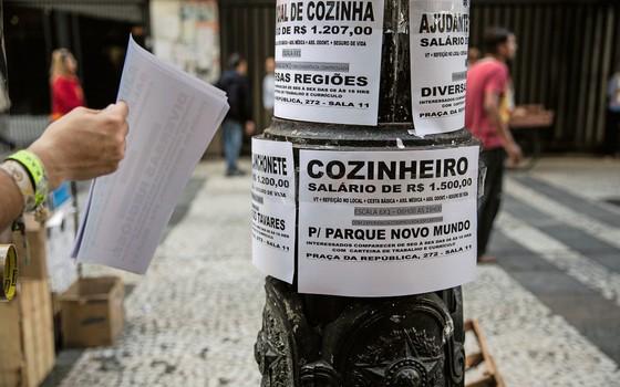Na região central de São Paulo, candidatos enfrentam longas filas na busca de um novo emprego. Vagas variam de auxiliar de escritório, cozinheiro, auxiliar de limpeza, etc. (Foto: www.fotoarena.com.br)