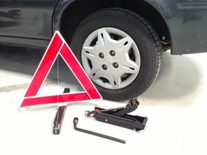 Verifique se equipamentos para troca de pneu estão em dia (Foto: Denis Marum/G1)