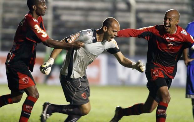Goleiro Fernando Leal comemora gol do Oeste sobre Avaí (Foto: José Luis Silva/Agência Estado)