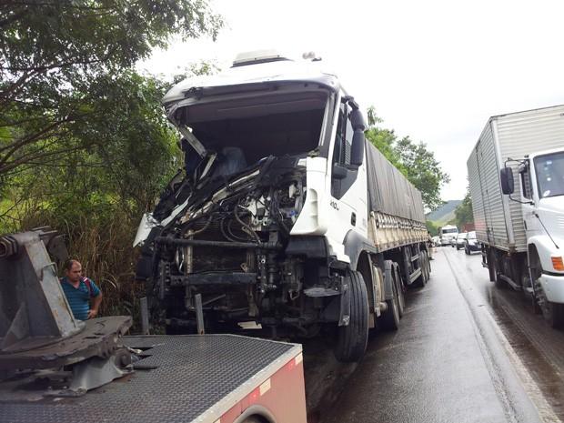 Caminhão ficou com a frente destruida. (Foto: Eliomar Caetano/ G1ES)