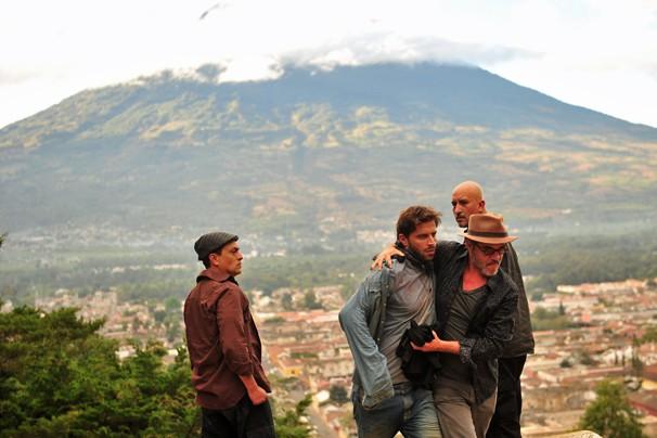Cassiano (Henri Castelli) cai em uma cilada armada pelo melhor amigo e é mantido como refém em um país do Caribe (Foto: João Miguel JR./Rede Globo)