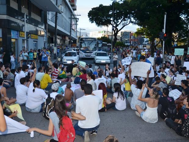 Manifestantes percorreram Centro de João Pessoa e sentaram em cruzamento, congestionando o trânsito (Foto: Walter Paparazzo/G1)