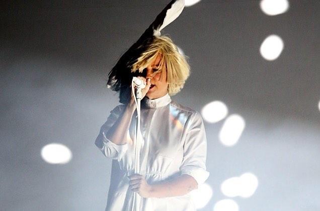 Sia deixa o rosto  mostra em show em Denver, nos Estados Unidos (Foto: Reproduo/Twitter)