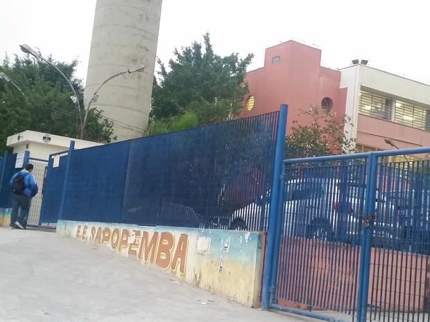 Aluno entra na escola estadual em Sapopemba (Foto: Tatiana Santiago/G1)
