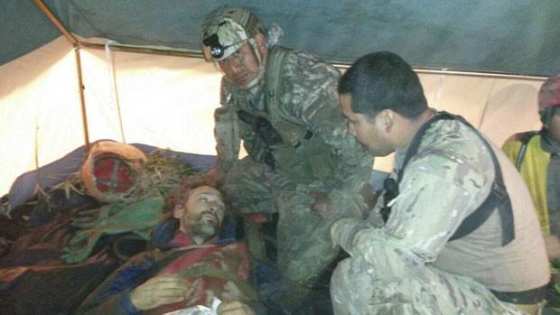 Integrantes da equipe de resgate conversam com Cecílio Lopez após ele ser retirado de caverna no Peru (Foto: Peruvian Air Force/Handout via Reuters)