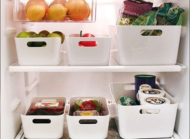 A geladeira sempre fica uma bagunça? Aposte em cestinhas de plástico para manter tudo em ordem. Lembre-se de colocar os alimentos de acordo com sua categoria: frutas com frutas, por exemplo.  (Foto: Reprodução/Pinterest)