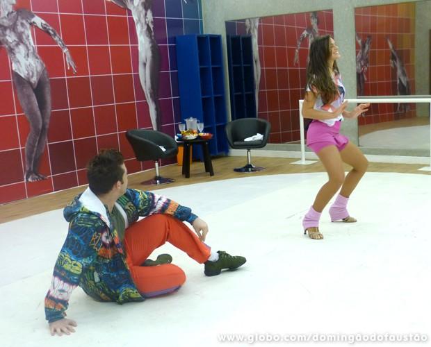 Observada por Átila, Bruna se solta com a coreografia (Foto: Domingão do Faustão/TV Globo)