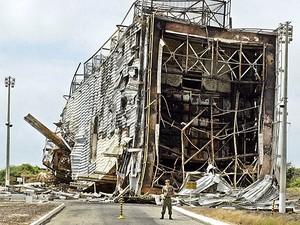 Imagem de arquivo do dia 25 de agosto de 2003 mostra técnicos do DCTA e soldados da Aeronáutica trabalhando nos escombros da base de lançamento de foguetes de Alcântara (MA) (Foto: Ed Ferreira/Estadão Conteúdo)