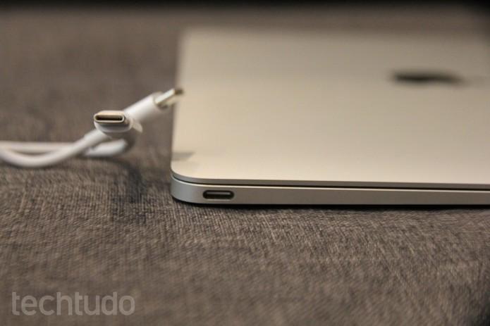 Apple surpreendeu o mundo a adotar apenas uma entrada USB-C no novo MacBook (Foto: Carol Danelli/TechTudo)