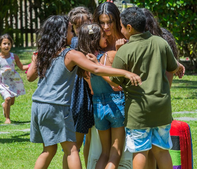 'Esse deve ser o segredo da felicidade', diz a ex-piloto após se divertir com as crianças (Foto: Artur Meninea/Gshow)