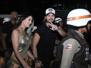 Escoltados pela polícia, Luan Santana e namorada chegam a camarote em Salvador (Foto: Tiago Caldas/Ag. Haack)
