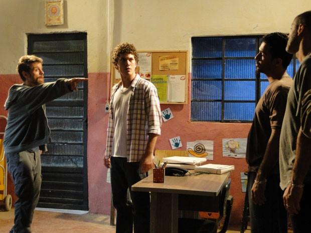 Moisés faz proposta e oferece mais dinheiro para capangas acabarem com Gabriel (Foto: Malhação / Tv Globo)