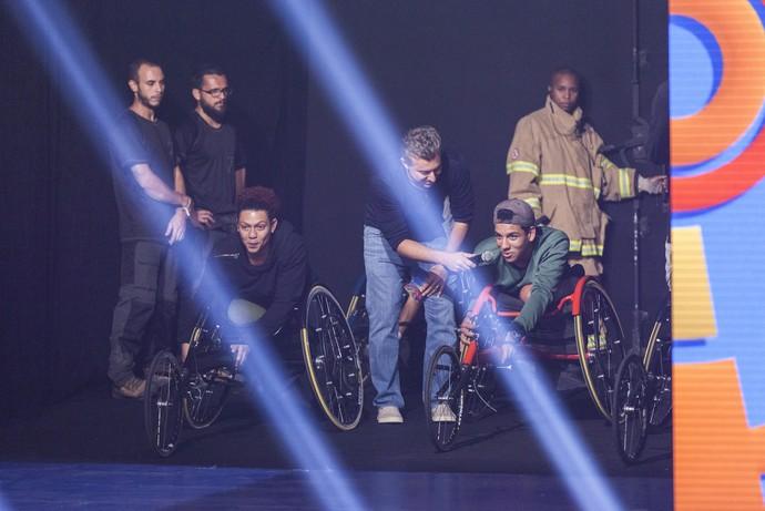 Luciano Huck recebe os convidados no palco do programa (Foto: Artur Meninea/ Globo)