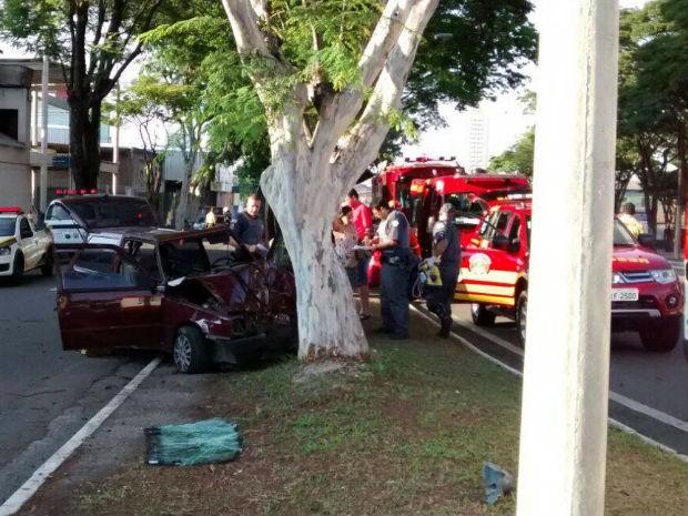 Acidente deixa três pessoas feridas em São José dos Campos. (Foto: Divulgação/ Corpo de Bombeiros)