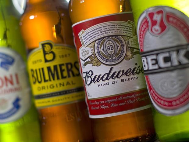 Marcas de cerveja do grupo belga-brasileiro AB Inbev (Foto: Justin Tallis/AFP)