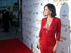 Courteney Cox arrasa com vestido decotado em première de filme