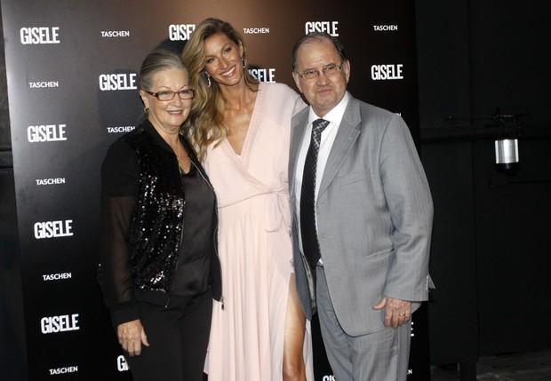 Gisele Bündchen e os pais (Foto: Celso Tavares/EGO)