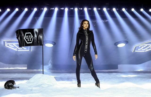 NEW YORK, NY - FEBRUARY 10:  Shanina Shaik walks the runway during the Philipp Plein fashion show during New York Fashion Week: The Shows on February 10, 2018 in New York City.  (Photo by Dimitrios Kambouris/Getty Images for New York Fashion Week: The Sho (Foto: Getty Images for New York Fashio)