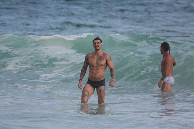 Lucas Lucco na praia (Foto: agnews)