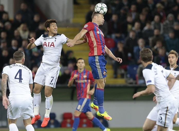 Vasili Berezutsk, do CSKA, disputa jogada com Heung-Min Son do Tottenham (Foto: AP)