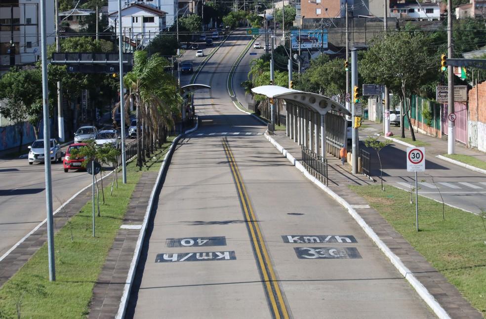 Pista da Terceira Perimetral foi alargada, pavimentada e recebeu corredores de ônibus em Porto Alegre (Foto: Joyce Heurich/G1)