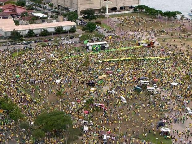 Praça do Papa, em Vitória, reúne manifestantes contra o governo Dilma, neste domingo (13) (Foto: Reprodução/ TV Gazeta)