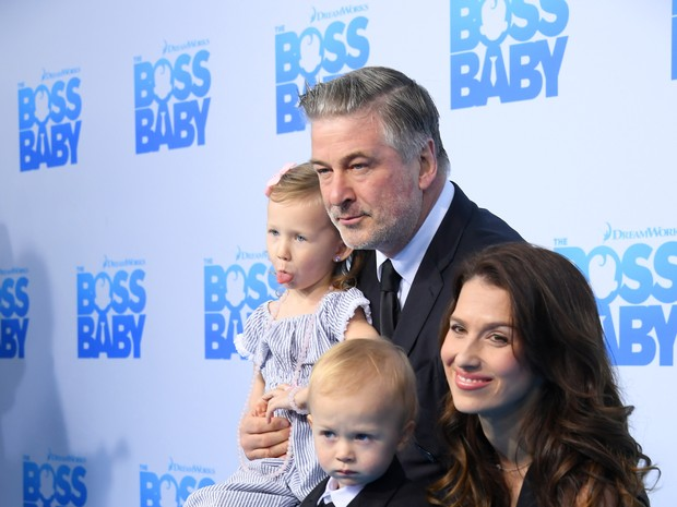 Alec Baldwin com a mulher, Hilaria Baldwin, e os filhos Carmen Gabriela Baldwin e Rafael Thomas Baldwin em première de filme em Nova York, nos Estados Unidos (Foto: Mike Coppola/ Getty Images/ AFP)
