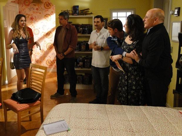 Briney chega na despedida de solteiro de Leandro pra desespero do professor de Física (Foto: Malhação / Tv Globo)
