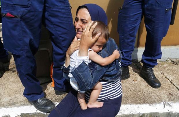 Migrante segura bebê depois de família ter sido impedida de deixar em estação em Bicske, na Hungria (Foto: Laszlo Balogh/ Reuters)