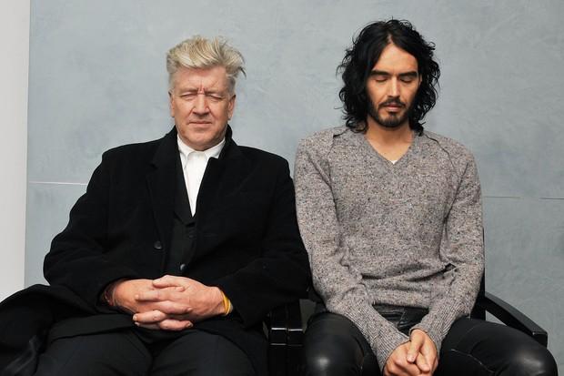 O cineasta David Lynch e o comediante Russel Brand meditando antes de uma coletiva de imprensa (Foto: Getty Images)